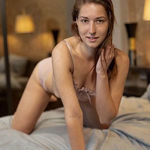 Erika Frau sucht Mann bei Sex Escort Begleitagentur Berlin wartet auf lustvolles kennenlernen bei intime Erotik Treffen mit Mannwechsel nach 30 Minuten